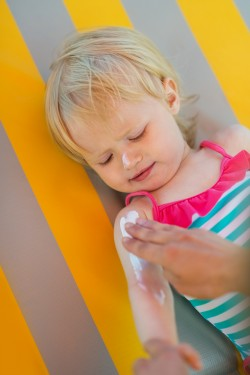 Aplicando crema protectora a un niño