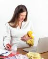 Madre comprando en internet