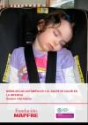 Niña dormida dentro de un coche