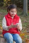 Niña con teléfono móvil